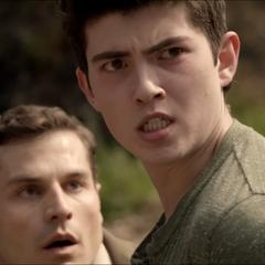 Derek s'attaquant au shérif adjoint Haigh.