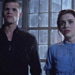 Mais quand ils arrivent, ils ne trouvent que Lydia et Ethan