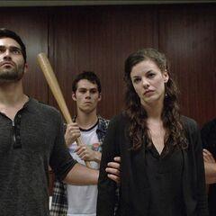 Scott, Stiles et Derek qui ramènent Jennifer Blake à l'hôpital pour sauver Cora