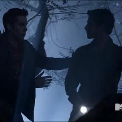 Stiles et Scott en forêt.