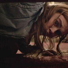 Lydia découvre Isaac terrifier sous le lit.