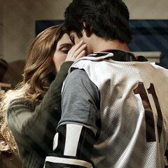 Lydia et Scott s'embrassent...