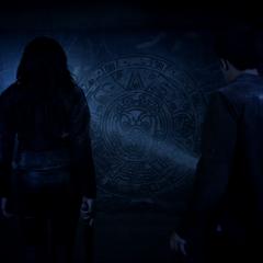 Braeden et Scott devant le tombeau ou est renfermé Derek.
