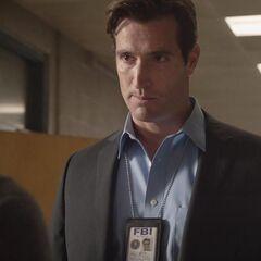 L'agent Raphael McCall arrive en ville et retrouve son fils Scott.
