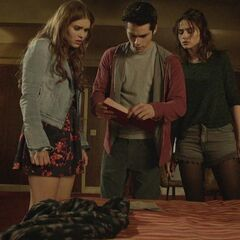 Lydia, Stiles et Allison trouvent des articles sur les suicides du motel