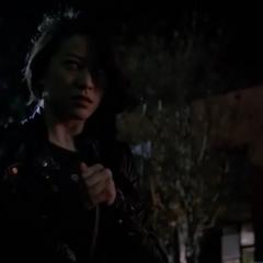 Kira dévoile ses yeux de Kitsune en absorbant l'électricité d'un câble.