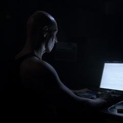 L'Astomi dans son repère essayant de décrypter du langage informatique pour la protection de fichiers.