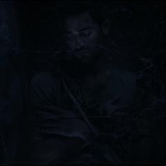 Derek dans un tombeau.