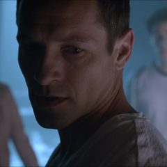 Peter discute avec Lydia et Stiles à propos du