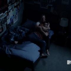 Stiles se réveille en hurlant.