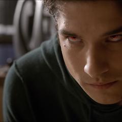 Scott montre ses yeux d'Alpha à Derek.