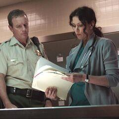 Le shérif avec Melissa en train d'examiner un dossier