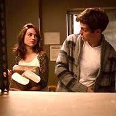 Isaac et Allison réapprovisionne le local pendant leur retenue