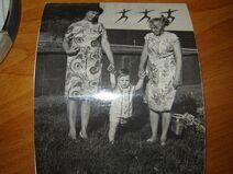 Детская фотография Дмитрия Емца с бабушками Верой и Наташей