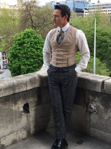File:Alienist-BTS-12-Stylish-Luke.jpg
