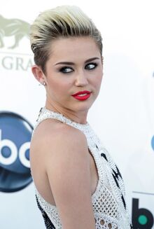 Miley-cyrus-2013-billboard-music-awards-04