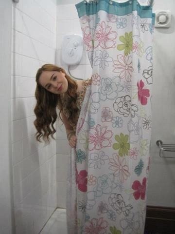 File:Louisa In Girls Bathroom On HOA Set