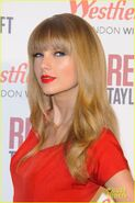 Taylor-swift-westfield-london-christmas-lights-ceremony-04
