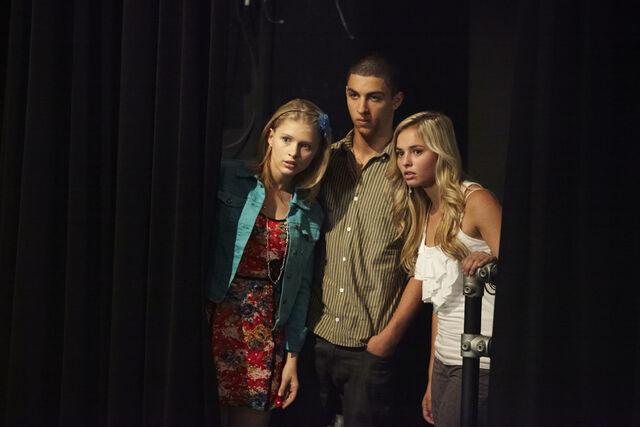 File:Emily james michelle season 1 gggb.jpg