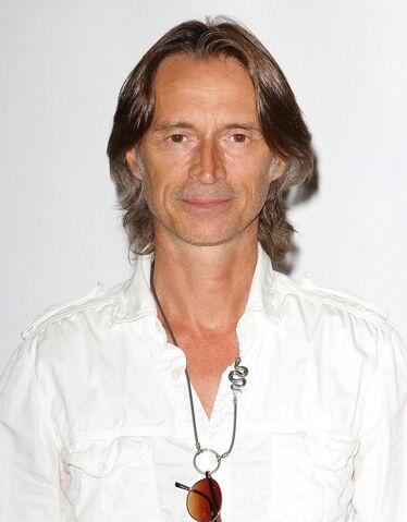 File:Robert-carlyle-2011-disney-abc-summer-press-tour-01.jpeg