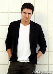 Robbie Amell 016