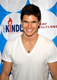 Robbie Amell 176