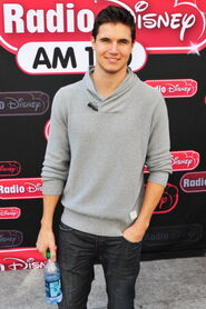Robbie Amell 170