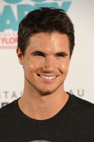 Robbie Amell 200