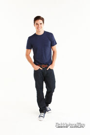 Robbie Amell 091