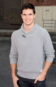 Robbie Amell 161
