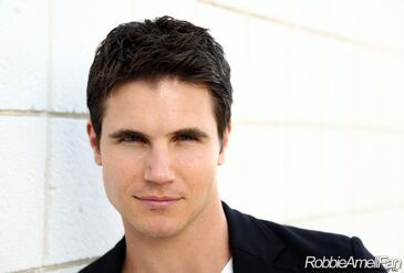 Robbie Amell 014