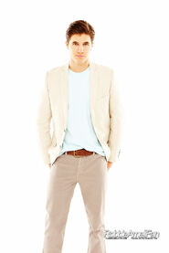 Robbie Amell 033
