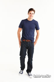 Robbie Amell 092