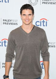 Robbie Amell 219