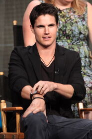 Robbie Amell 216