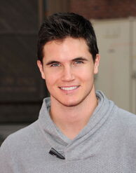 Robbie Amell 160