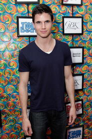 Robbie Amell 182