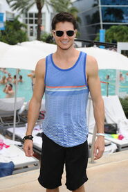 Robbie Amell 196