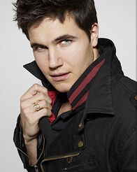 Robbie Amell 027