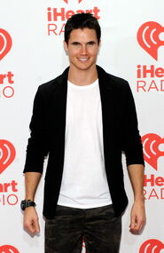 Robbie Amell 228