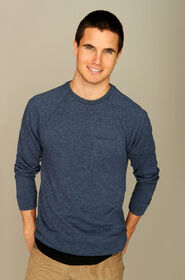Robbie Amell 003