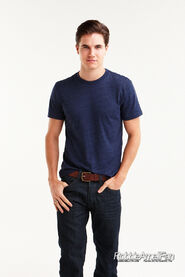 Robbie Amell 130