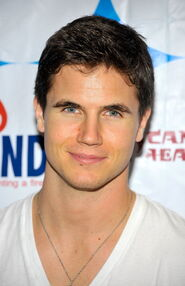 Robbie Amell 175