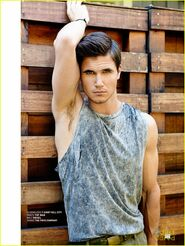 Robbie Amell 153