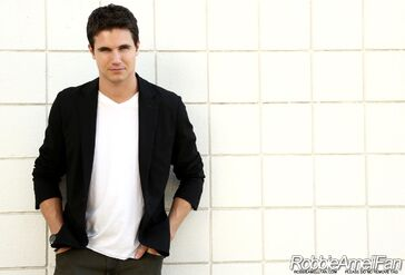 Robbie Amell 012
