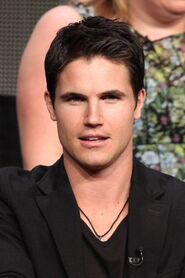 Robbie Amell 218