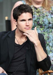 Robbie Amell 212