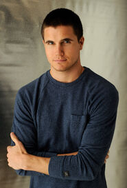 Robbie Amell 005