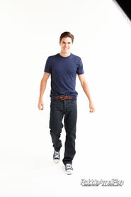 Robbie Amell 075