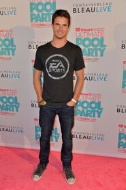 Robbie Amell 198